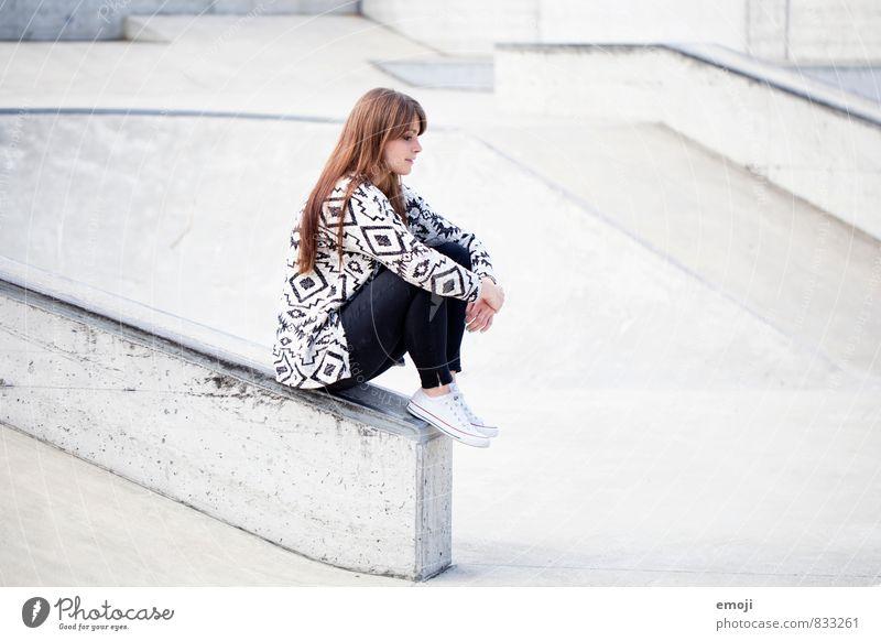 pattern feminin Junge Frau Jugendliche 1 Mensch 18-30 Jahre Erwachsene Mode trendy Stadt grau sitzen nachdenklich Farbfoto Gedeckte Farben Außenaufnahme