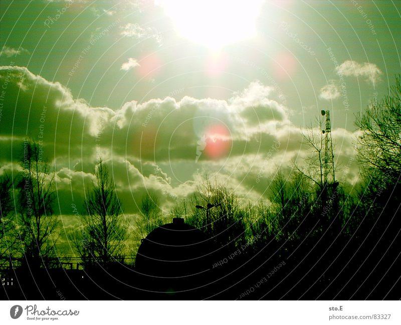 io verda, io negra grün hell Strahlung grell Sendemast Blendenfleck Monochrom Lichteinfall lichtvoll Wolkenhimmel Wolken Leuchtkraft Grünstich