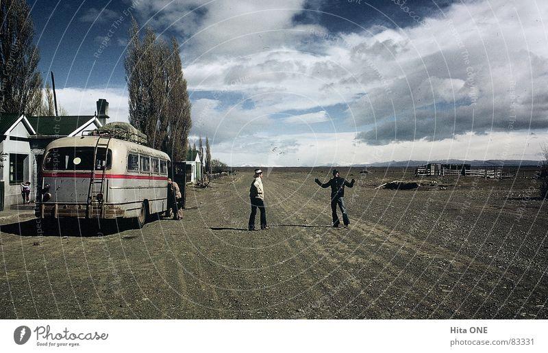 Fugplatz Mensch Himmel alt Wolken PKW Armut leer Niveau Wüste Flughafen Bus Nostalgie Kiste antik winken Wagen