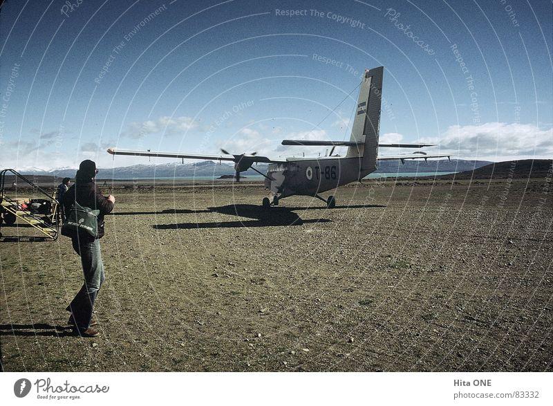 Fugplatz 2 Mensch Himmel alt Wolken Armut Flugzeug leer Niveau Flughafen Kiste Nostalgie antik Südamerika Lücke winken Wagen