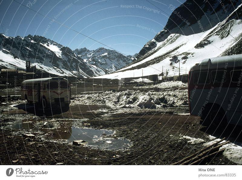 Parkieren mal anders Himmel Winter Haus kalt Schnee Berge u. Gebirge oben PKW Eis Horizont dreckig Armut hoch groß frisch Baustelle