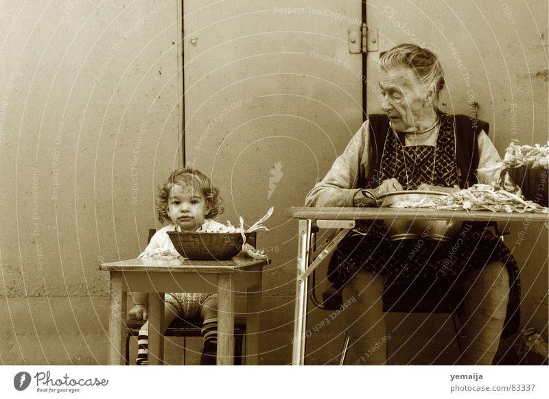Damals Kinderarbeit Urgroßmutter braun Tisch Großmutter Mädchen Frau klein dick Bohnen 2 Nostalgie Strümpfe 3 Zusammensein alt früher Gegenteil Enkel Paar