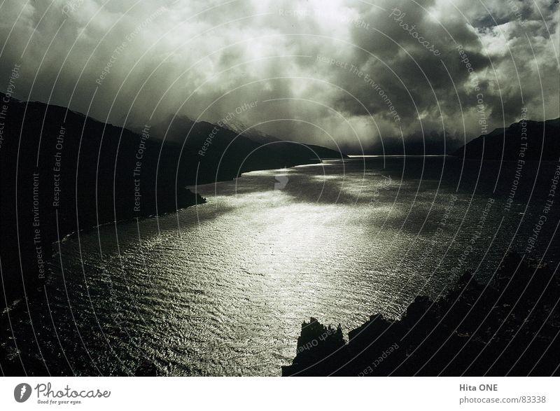unwetter See Reflexion & Spiegelung Wellen ruhig Ferien & Urlaub & Reisen Aussicht Schifffahrt Freizeit & Hobby Felsvorsprung Aussehen Sturm Unwetter dunkel