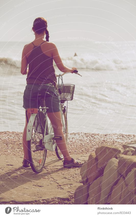 Sie wartet am Meer Mensch Frau Himmel Kind Jugendliche Wasser Sommer Strand 18-30 Jahre Erwachsene feminin Fahrrad 13-18 Jahre stehen warten