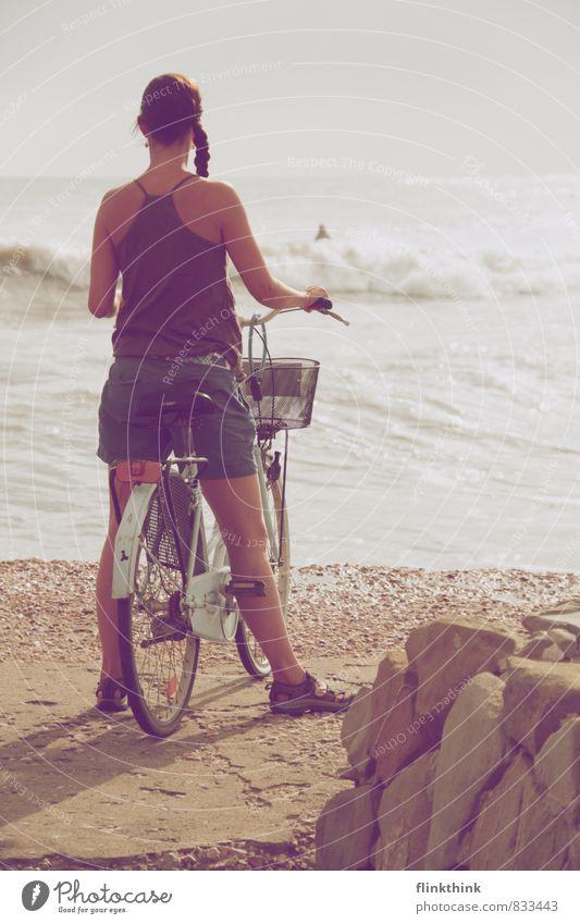 Sie wartet am Meer Mensch Frau Himmel Kind Jugendliche Wasser Sommer Meer Strand 18-30 Jahre Erwachsene feminin Fahrrad 13-18 Jahre stehen warten