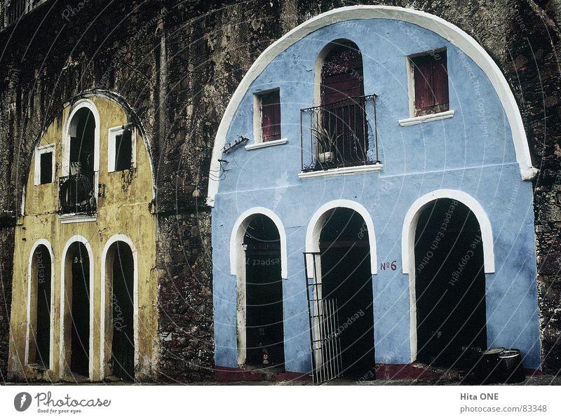 Hausen unter der Brücke blau gelb Stil Gebäude Wohnung Armut Baustelle Balkon wenige Bogen Mangel Besitz karg Südamerika