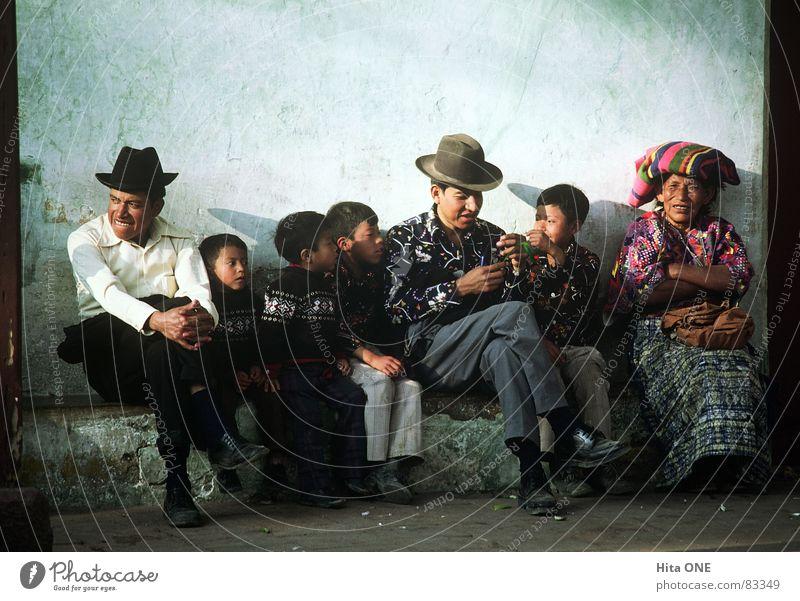 Waiting in vain Anhäufung Indio herbringen konventionell Familie & Verwandtschaft Frau Kind Mann Altertum Nostalgie veraltet Zusammenhalt Hoffnung bequem Mauer