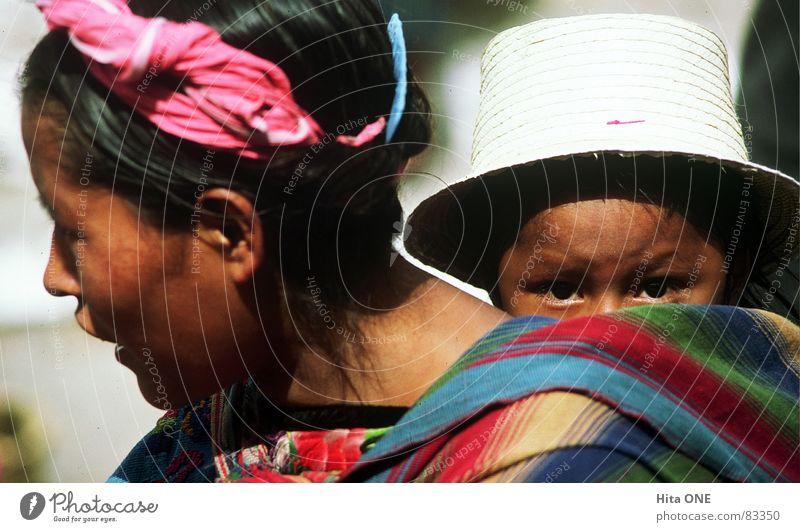 was guckst du? Indio herbringen konventionell Familie & Verwandtschaft Frau Kind Altertum Nostalgie veraltet Zusammenhalt Hoffnung bequem Armut Südamerika