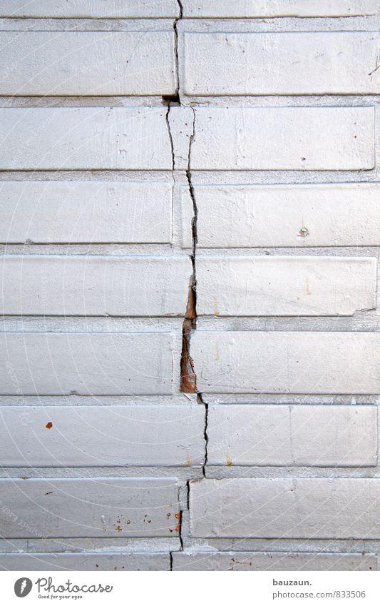 auseinander. Haus Renovieren Baustelle Handwerk Bauwerk Mauer Wand Fassade Backstein Riss Stein Linie Streifen bauen Häusliches Leben bedrohlich eckig kaputt