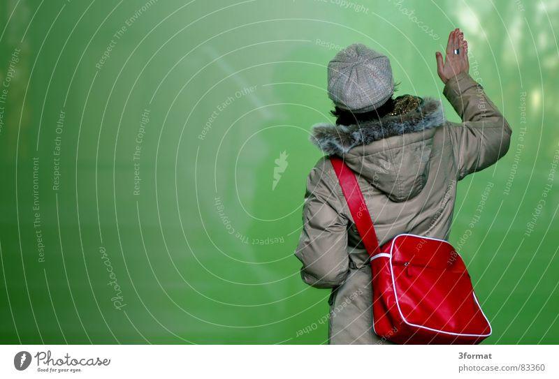 glaswand Dimension Frau rot grün Jacke Mantel Mütze Wand Stil Spiegel berühren Spiegelbild Portal Tasche Hand zusätzlich Trennwand Gegenteil Durchgang Tor