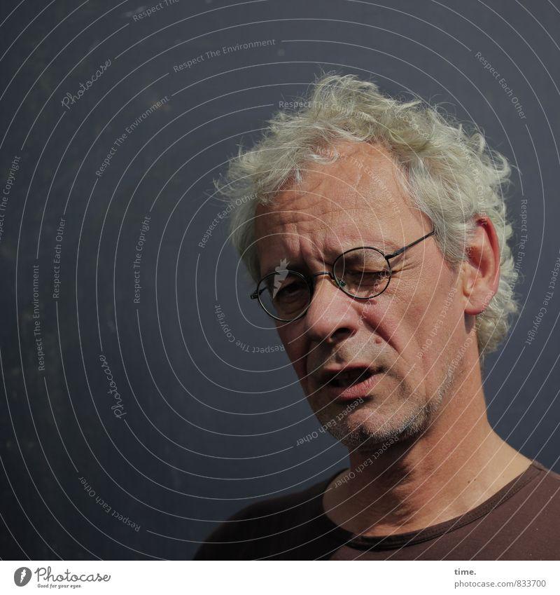 Self | . maskulin 1 Mensch Mauer Wand T-Shirt Brille grauhaarig kurzhaarig beobachten Denken Blick warten Wachsamkeit Vorsicht Gelassenheit geduldig ruhig