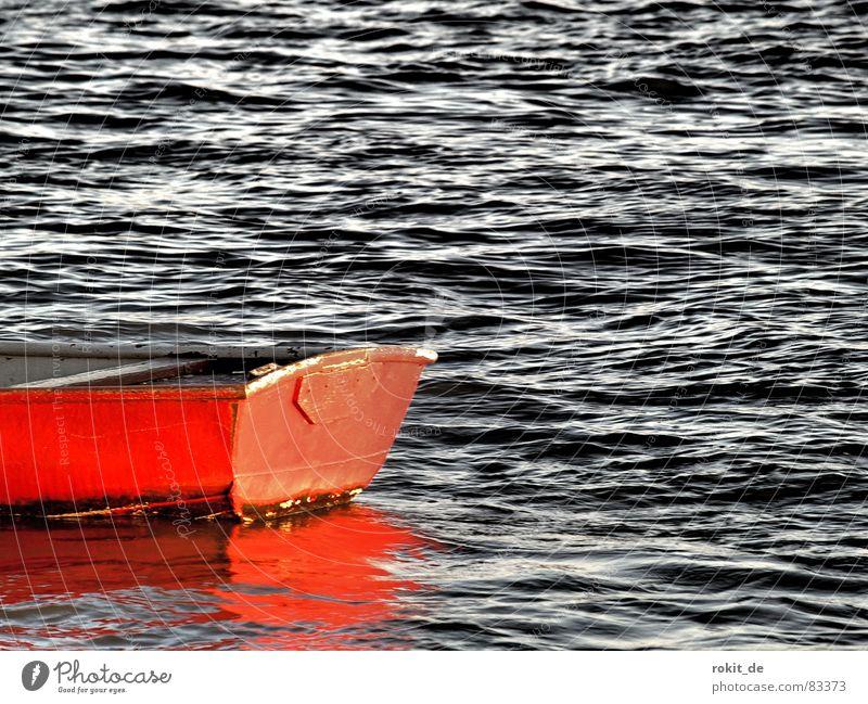 Er hat ein knallrotes...... Wasser rot oben Küste Metall Wasserfahrzeug Wellen nass Elektrizität Fluss Spiegel Schifffahrt feucht Flasche Schaukel Bach