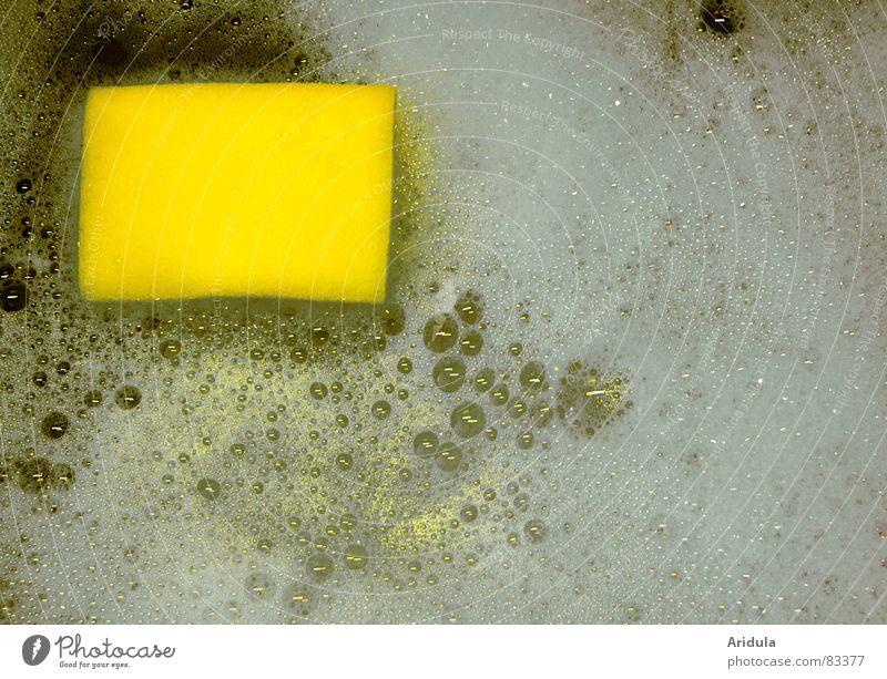 schwamm im schaum Wasser gelb trist Küche Reinigen Gastronomie Geschirr Langeweile Luftblase Schaum Haushalt Gischt Geschirrspülen Haushaltschemikalien Schwamm