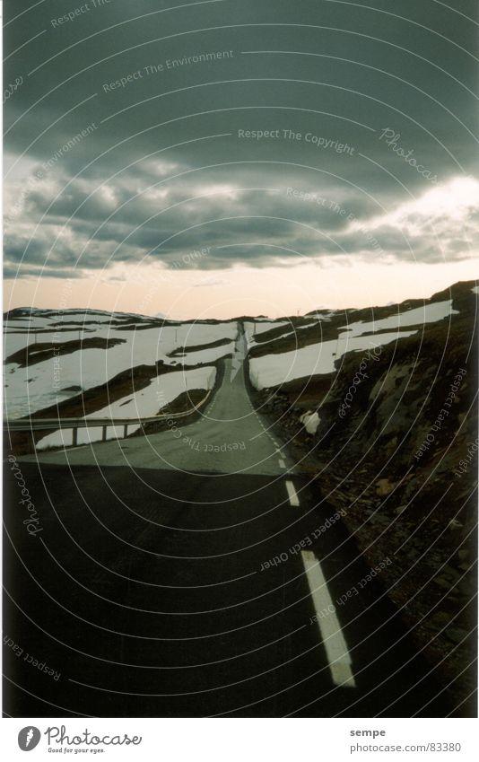 Ohne Kurve Horizont Norwegen Verkehrswege Berge u. Gebirge Straße Himmel Ferien & Urlaub & Reisen Freiheit Wege & Pfade Ziel