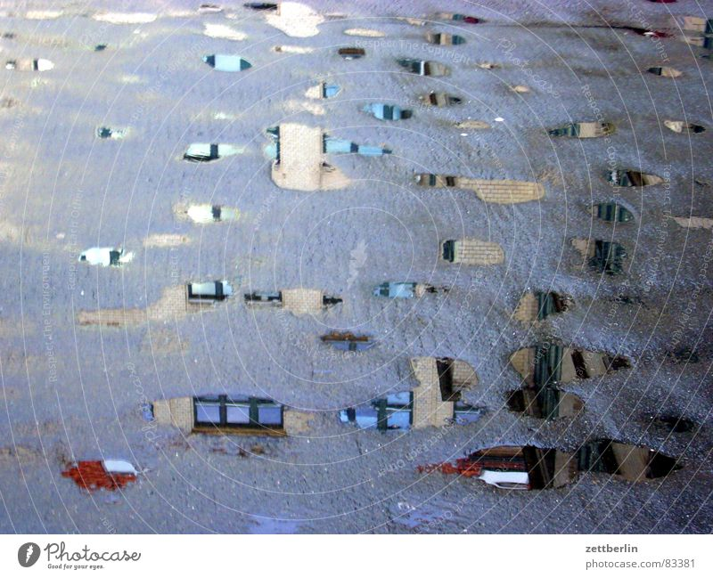 Pfützen Reflexion & Spiegelung Haus Kreuzberg Asphalt grau Tarnung Hauptstelle Straßenbelag Frühjahrsputz Gewitterregen Regen Toilette Verkehrswege Wasser
