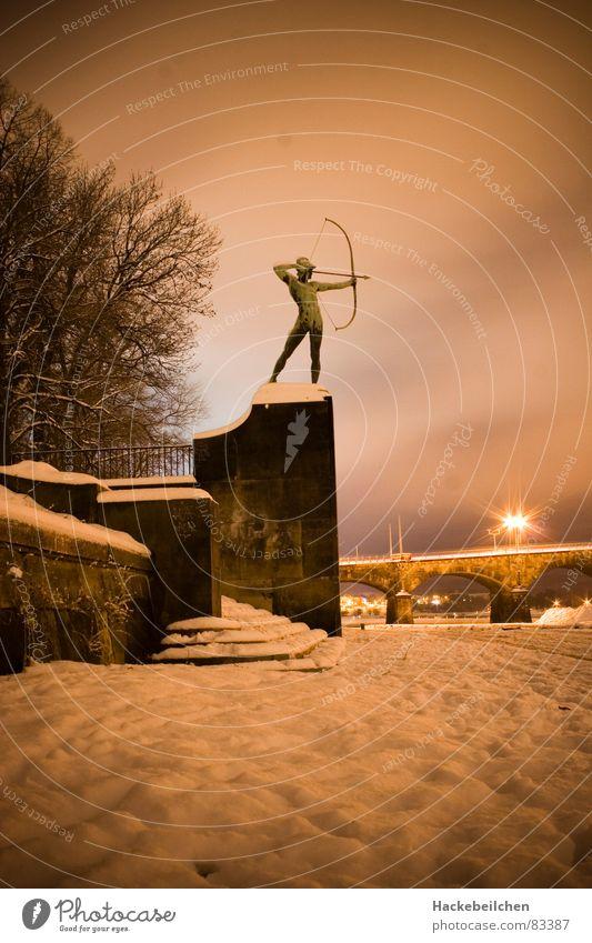 schütze Schnee Brücke Kultur Dresden Statue Denkmal Wahrzeichen Sachsen Bogen schießen Bogenschütze