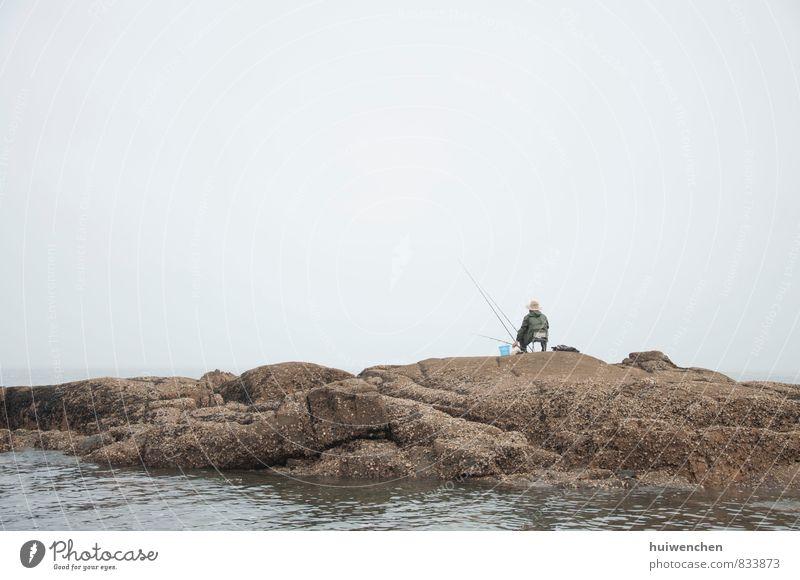 the fisherman, alone Mensch maskulin Mann Erwachsene 1 45-60 Jahre Natur Wasser Nebel Küste Meer See stein sitzen Gelassenheit ruhig Angeln Farbfoto
