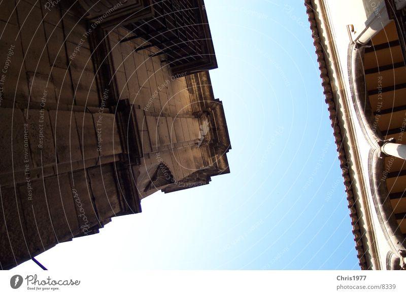 Kreuzung 2 Barcelona massiv Architektur Ecke Mischung Perspektive Altbau alt Haus Froschperspektive