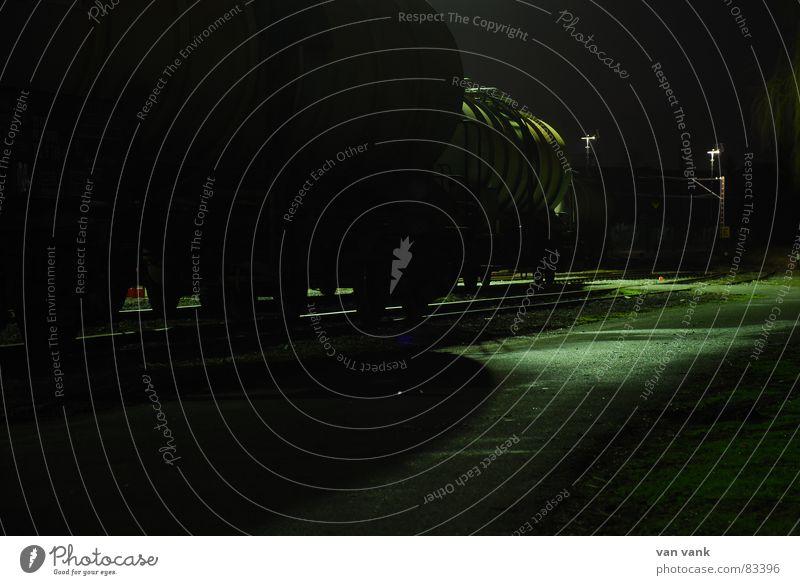 stille Fracht Eisenbahn Gleise dunkel Licht Asphalt Stahl Beton kalt Ware Gewicht stilllegen Industrie Güterwagon train yard Schatten db Einsamkeit ruhig