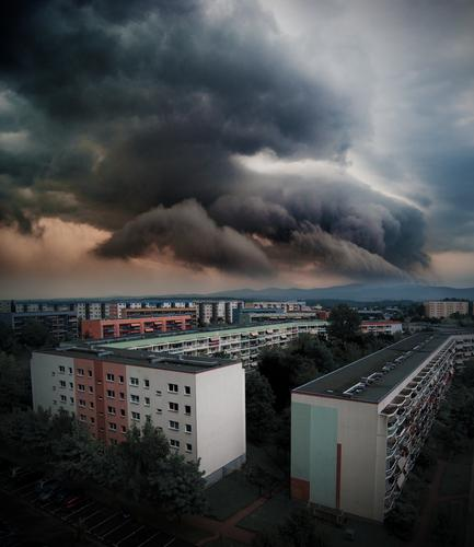 Blockbuster Natur Haus dunkel Fenster Wand Mauer Deutschland Fassade Horizont Wetter Luft groß bedrohlich Urelemente Balkon Sturm