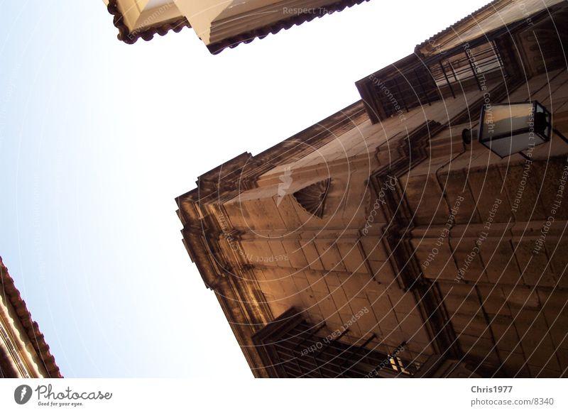 Kreuzung Barcelona historisch Mischung Perspektive Ecke alt Altbau Haus Froschperspektive