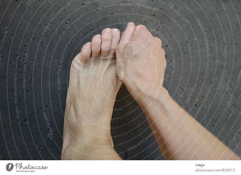 Oh...Entschuldigung! Mensch Frau Hand ruhig Erwachsene Leben Gefühle Fuß einfach Schutz festhalten Schmerz Barfuß greifen Zehen Wunde