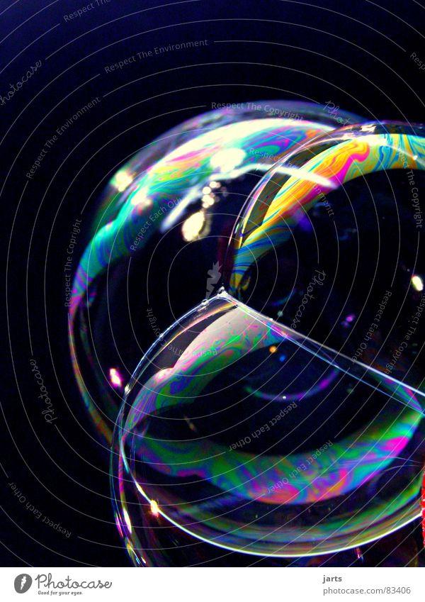 Bunte Blasen Welten III regenbogenfarben Seifenblase mehrfarbig Regenbogen Luft Schweben glänzend Licht blasen prächtig Makroaufnahme Nahaufnahme Farbe