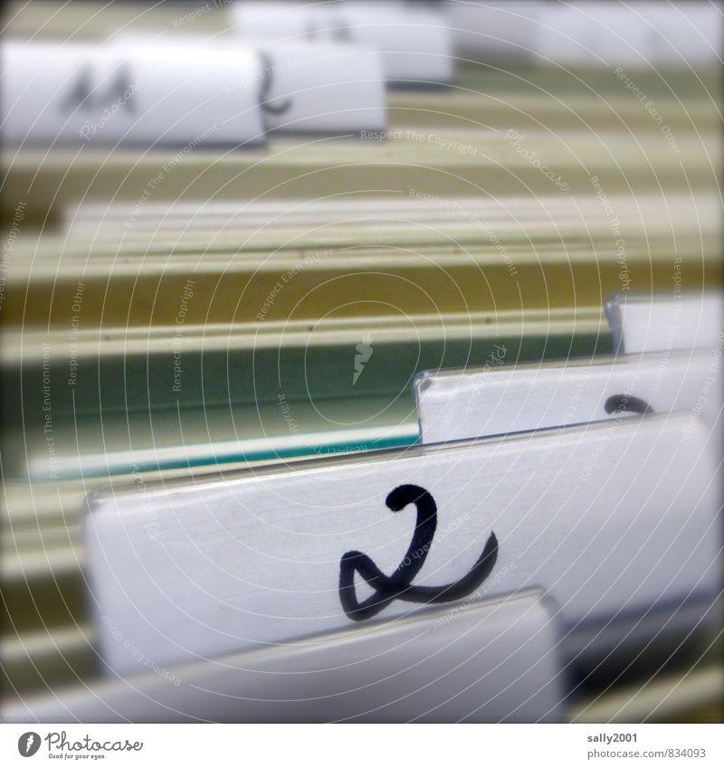 Ordnung... Arbeitsplatz Büro Kunststoff Ziffern & Zahlen Schilder & Markierungen Arbeit & Erwerbstätigkeit Neugier Originalität retro schwarz diszipliniert
