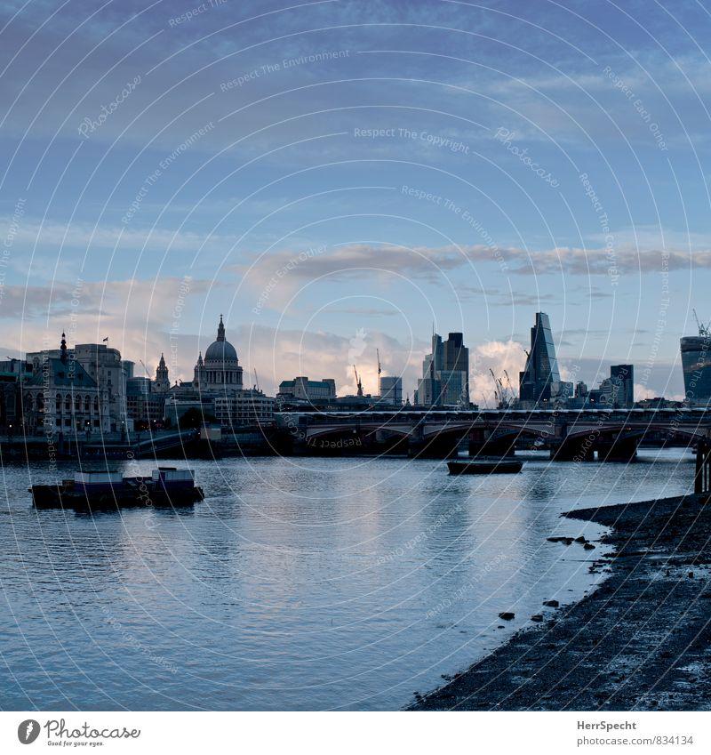 London Skyline Himmel blau Wolken Haus Gebäude grau Wasserfahrzeug Hochhaus Schönes Wetter Kirche Turm Brücke Fluss Bankgebäude Flussufer