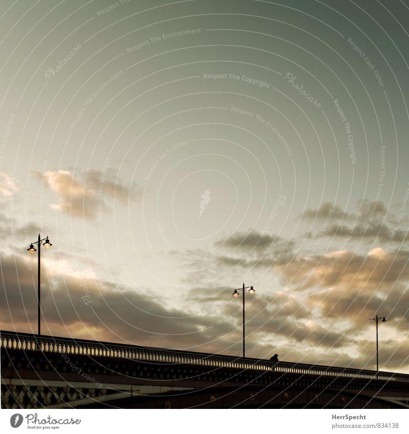 Heimweg 1 Mensch Himmel Wolken Schönes Wetter Stadt Stadtzentrum Brücke gehen ästhetisch heimwärts Fußgänger Laterne Brückengeländer Dämmerung Wolkenformation