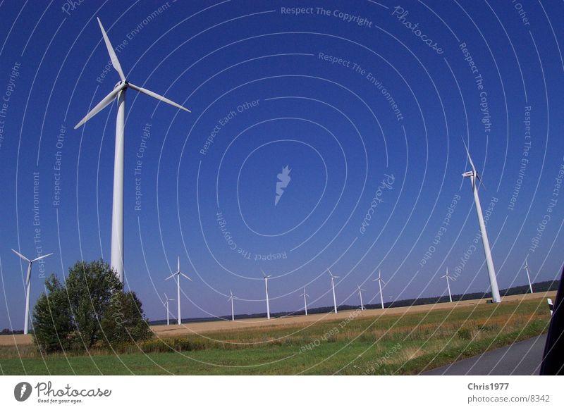Windkraft Himmel Feld Elektrizität Windkraftanlage Autobahn