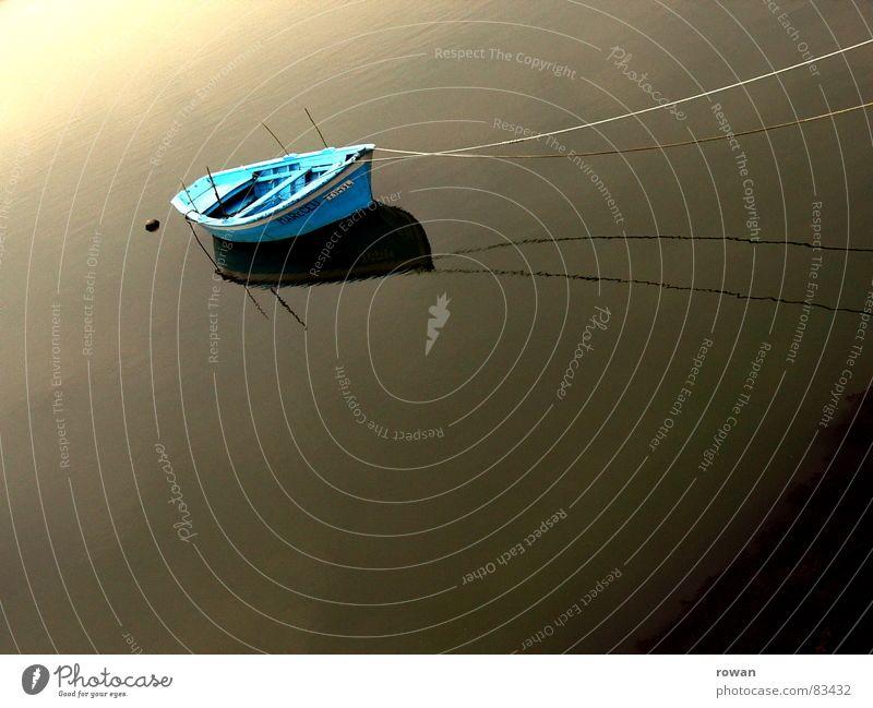 morgens im hafen See dunkel Meer Wasserfahrzeug Holz klein zyan türkis typisch Physik Angeln Fischerboot ankern ruhig Unendlichkeit Pause Morgen Gelassenheit