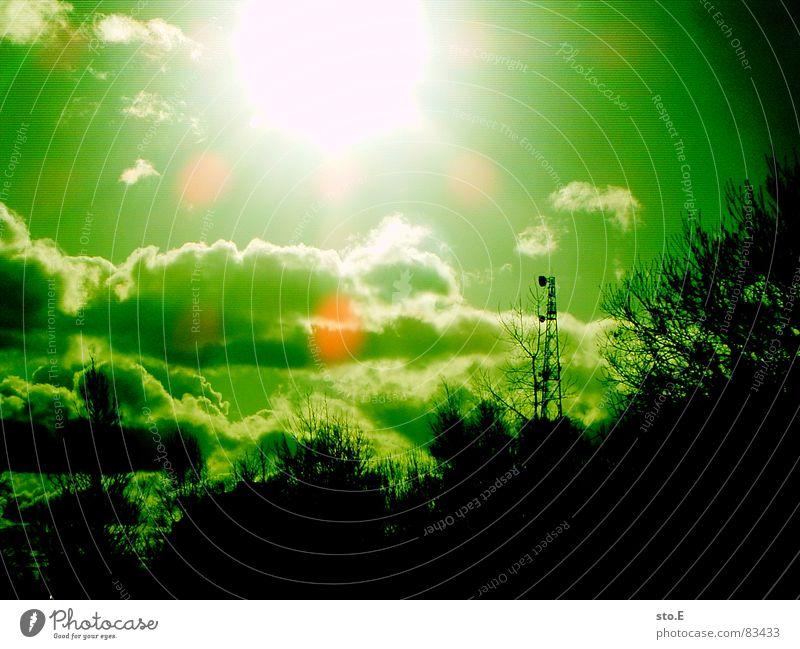 negra sur verda kun io suno grün Sonne hell grell Sendemast Blendenfleck Monochrom Lichteinfall lichtvoll Wolkenhimmel Leuchtkraft Grünstich