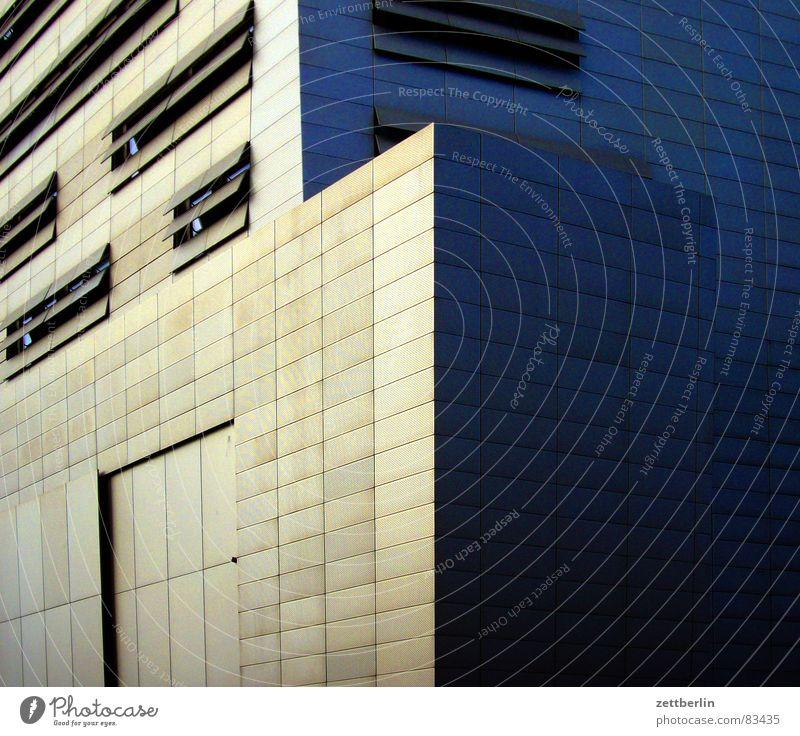 Potsdamer Platz Haus Fenster Fassade geschlossen modern Bildausschnitt Anschnitt Jalousie Luke Schlitz Lüftung Belüftung abweisend Lüftungsschlitz