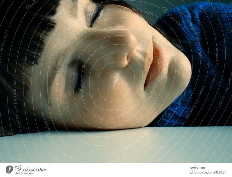 Selbstauslöser gefunden IX Frau Gefühle Haare & Frisuren Stil Porträt Auslöser Spielen Denken Verhalten träumen liegen Erholung geschlossen schlafen Mensch