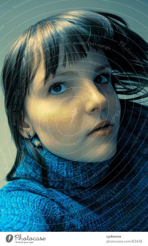 90 GRAD Frau Gefühle Haare & Frisuren Stil Porträt Auslöser Spielen Denken Verhalten träumen Erholung Schwerkraft gedreht Ecke Aussehen Anziehungskraft