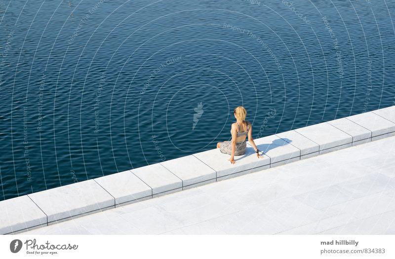Relaxed Freude Glück feminin Junge Frau Jugendliche 1 Mensch 18-30 Jahre Erwachsene Natur Sommer Schönes Wetter Hafenstadt Mauer Wand Kleid beobachten Erholung