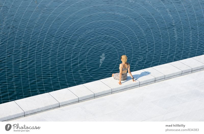 Relaxed Mensch Natur Jugendliche blau schön weiß Sommer Erholung Junge Frau Freude 18-30 Jahre Erwachsene Wärme Wand feminin Mauer