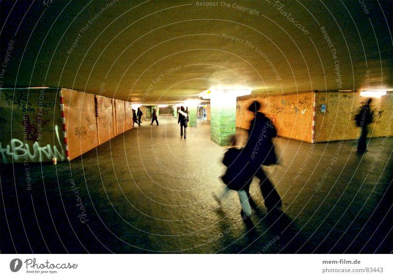 untergrund 1 Personenverkehr Untergrund U-Bahn Neonlicht Bauzaun Baustelle Berlin Bewegungsunschärfe Pendler Bahnhof unterirdisch Menschengruppe mutter und kind