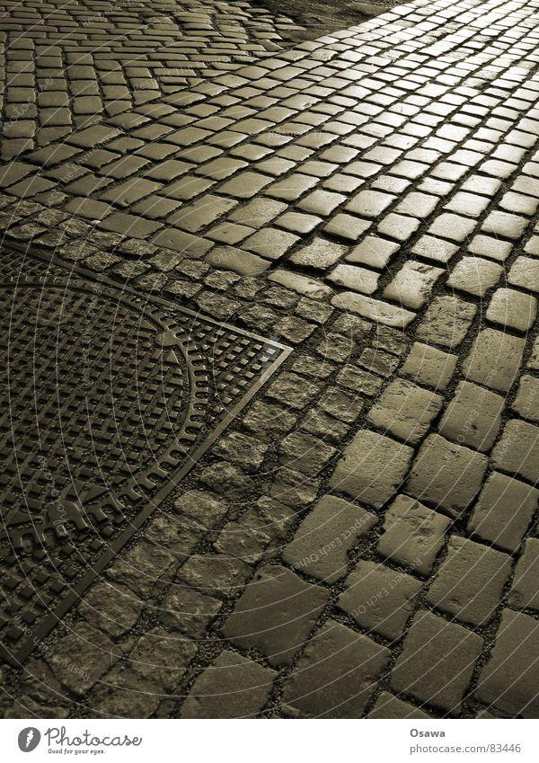 Kopfsteinpflaster Straßenbelag Strukturen & Formen Gully Granit Stahl Fuge Zufahrtsstraße Reflexion & Spiegelung Straßenverkehr Fernstraße Landstraße Gasse