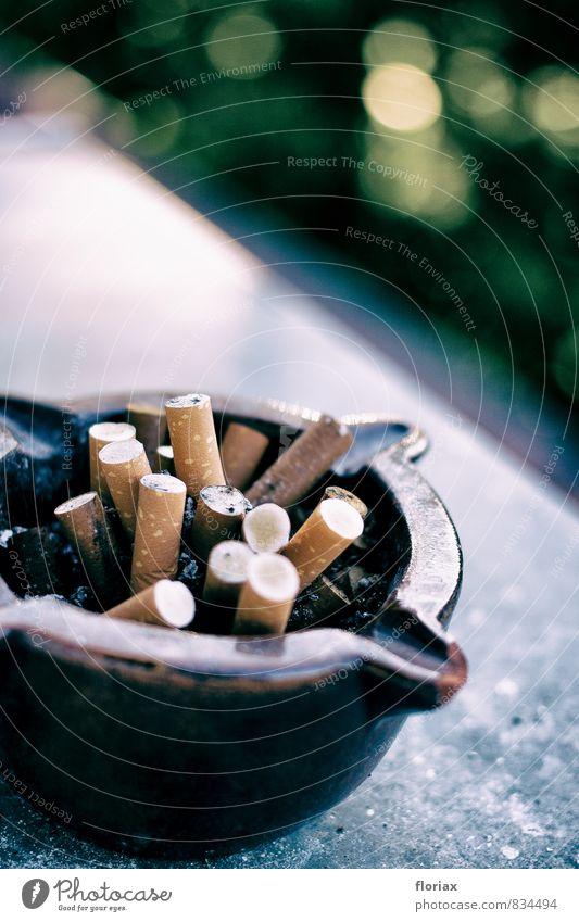 ausgeraucht. Erholung Freude grau Gesundheit Stein Feste & Feiern braun Angst dreckig Kraft Fitness Reinigen Trauer Rauchen Krankheit Balkon