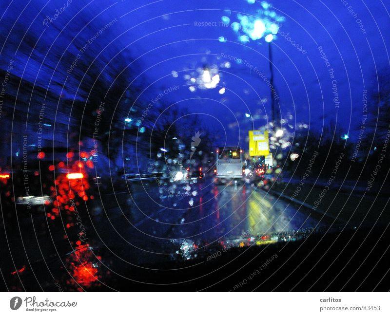 Schichtende Straße Regen Wassertropfen Laterne Autofahren Straßenbeleuchtung Glätte schlechtes Wetter Straßenverkehr Sehvermögen Windschutzscheibe geradeaus