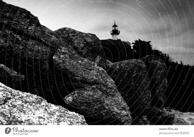 leuchtturm Felsküste Leuchtturm Küste Bretagne Frankreich Meer Ebbe Felsvorsprung Strand Felsen Schwarzweißfoto Insel an der küste