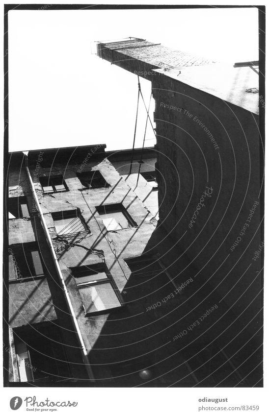 Blick aus dem Hinterhof Haus Altbau Fenster Schwarzweißfoto Schornstein Berlin Schatten