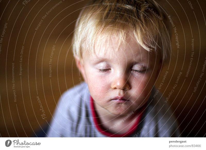 Ruhe vor dem Sturm Kind ruhig Junge Spielen schlafen nah Kleinkind verträumt Tagtraum
