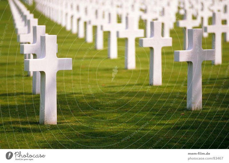 gräber 1 Tod Traurigkeit Rücken Trauer Denkmal Verzweiflung Krieg Soldat Friedhof Grab sinnlos Beerdigung Moral Symbole & Metaphern Grabmal Trauerfeier