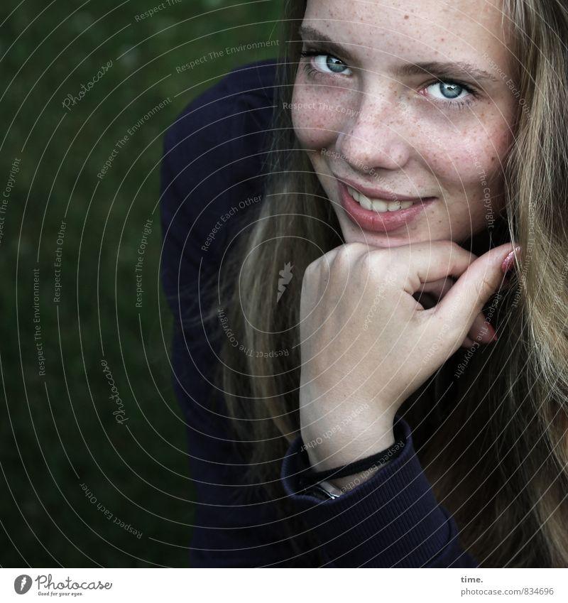 . feminin Junge Frau Jugendliche 1 Mensch Garten Pullover Armband blond langhaarig beobachten Lächeln Blick warten Freundlichkeit schön Freude Fröhlichkeit
