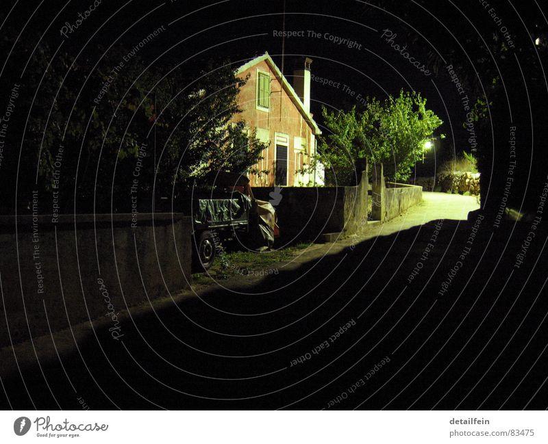 schattenweg_5 grün Baum Einsamkeit Haus ruhig dunkel Straße Wege & Pfade PKW hell Beleuchtung Vergänglichkeit Dorf parken Gasse Kiste