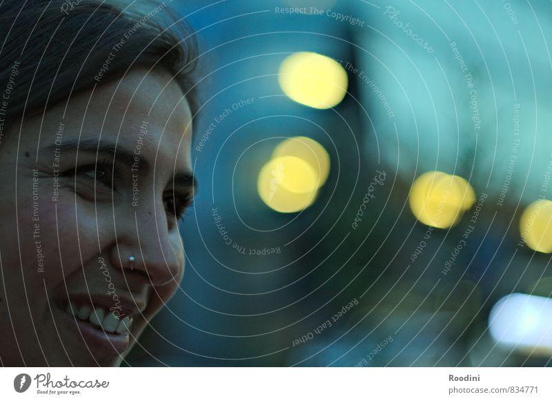 Augen-Blick Freude Glück Gesicht Zähne Nachtleben ausgehen feminin Junge Frau Jugendliche Erwachsene Kopf Mund 1 Mensch Sommer Stadtzentrum beobachten Lächeln