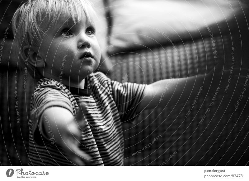 Auf der Suche nach... Wunsch Kind Kleinkind Geborgenheit betteln Junge Schwarzweißfoto
